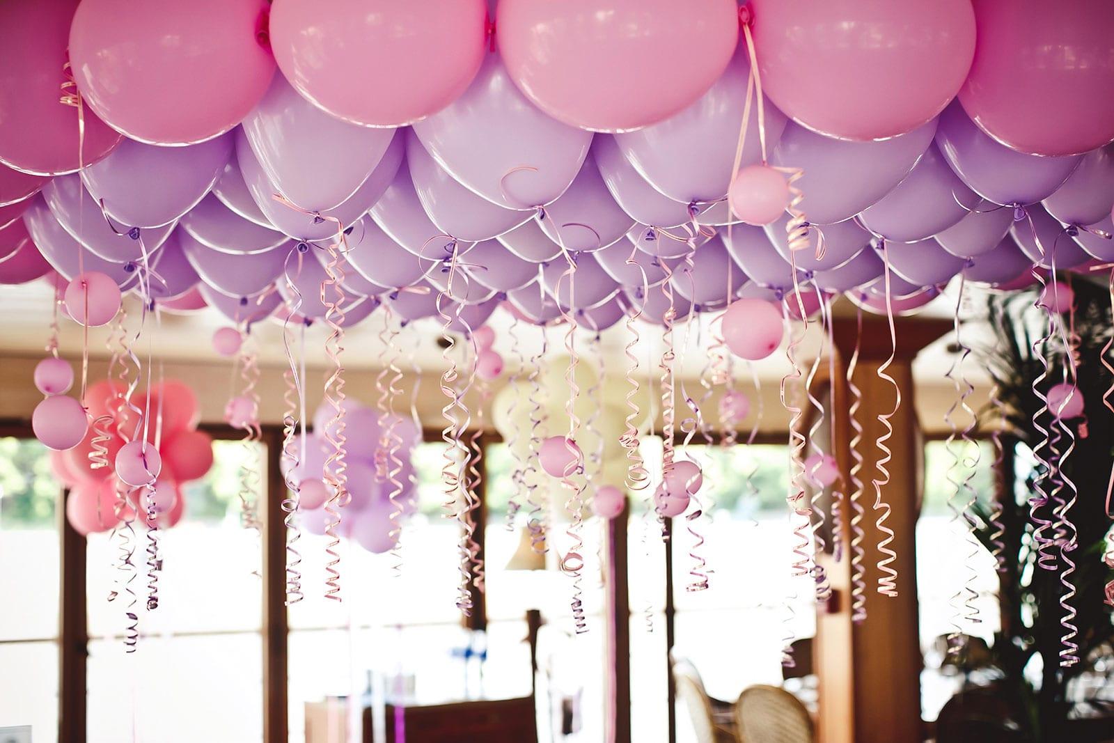 בלונים בצבעים סגול וורוד בתקרה