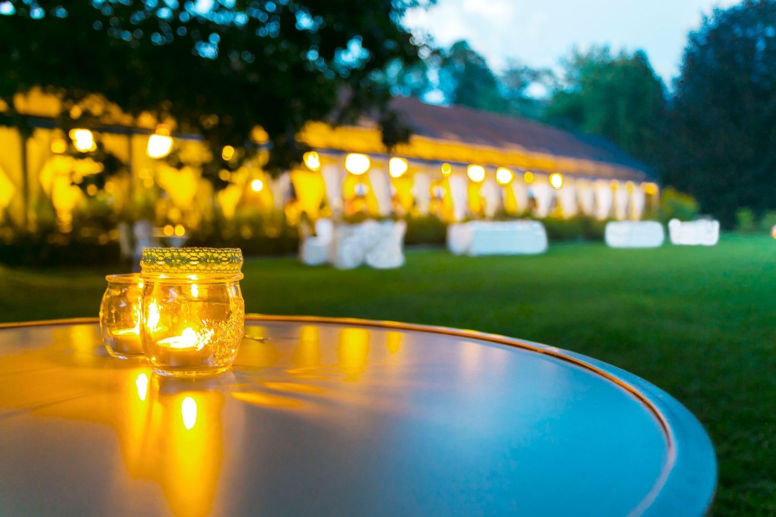שני נרות על שולחן ומדשאות